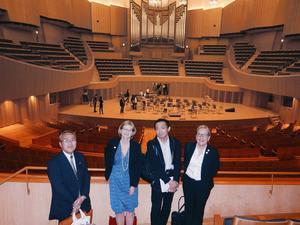 Den stora konserthallen i Sapporo. Takashi Yokoyama från Hokkaido Sweden Society, Karin Holdar,  Kaname Takamatsu från Swedish center i Tobetsu, och Eva Erdman.Foto: Musik i Dalarna