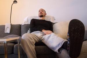 En stor del av sin tid tillbringar Magnus i soffan framför TV-serier.