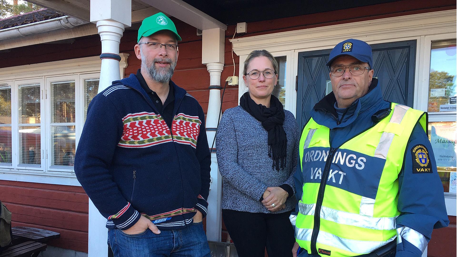 Magnus Wikman (till vänster) har gjort sin sista dag på marknaden. Istället har Stina Lovén Adeström (mitten) tagit över jobbet som marknadsgeneral. Den som ordnar med vaktstyrkorna är Gert från Falun (till höger).