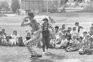 Två clowner underhöll barnen på parkleken i Västerås Folkets park 1983. Foto: Per G Norén/VLT:s arkiv