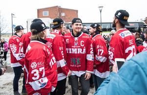 Lagkaptenen Hampus Larsson med kamrater på torget. Bild: Pär Olert/Bildbyrån