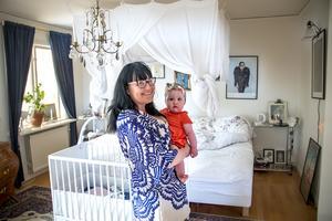 I sovrummet har Sara gjort en mysig sänghimmel. Sängborden är gamla medicinvagnar som Sara fått från Gävle sjukhus.