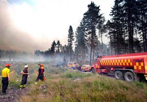 Den 4 augusti 2014 femdubblas brandområdet och inget tycks kunna hejda elden. Här kämpar brandmän nordväst om Virsbo i Surahammars kommun för att upprätthålla begränsningslinjen, men tvingas snart dra sig ut ur området.