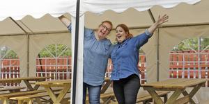 Kom och sjung! Annika Ahlén och Erica Skerved ordnar allsång i Två Skators trädgård på söndag.