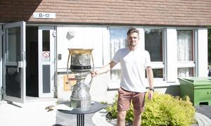 Anton Lander med pokalen hans Ak Bars Kazan vann.