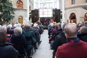 Lars Ahlins torg var fullt när Nordiska Blåsarkvintetten spelade sin traditionella julkonsert.