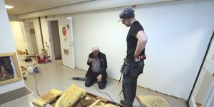 Ingemar Bengtsson från Lekebergsbostäder och Lars Lindqvist från  Bohman & Svahn bygg och entreprenad bryter upp golvet på förskolan Hasselmusen och ser att det finns mycket fukt.