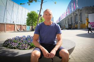 Göran Rosendahl vid Globen i Stockholm. Han bor numera med familjen i Stuvsta söder om Stockholm.