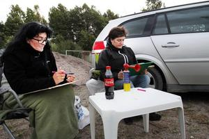 BEREDDA ATT TUTA. Barbro Stödberg och Marina Olsson från Valbo valde att sitta utanför bilen, beredda att signalera om det skulle bli vinst.