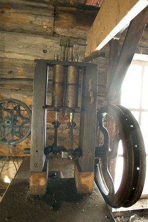 Här ett exempel på uppfinningsrikedomen. Detta är en pump som drivs med remmar, och som fungerar fortfarande.