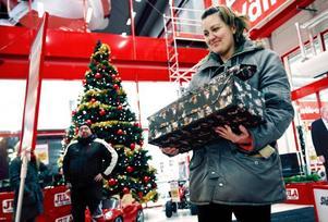 Gillar presentkort. Mia Karlsson har handlat julklappar till sin mamma. I paketen döljer sig något som ska underlätta för de små i vinter, så mycket kan vi avslöja. Mia Karlsson tycker att företagens idé att ge presentkort till sina anställda är en bra idé. Hon får vara med och dela det presentkort hennes make fått av sin arbetsgivare, Leaf.