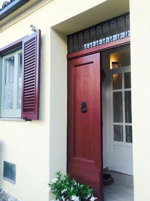 Gamla dörrar och fönsterluckor är bevarade.