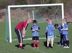 Niklas Ribjer instruerar unga GoIF:are från Sundborn.