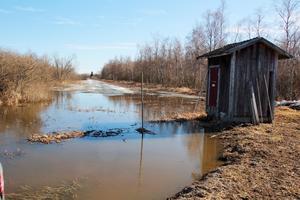 I pumphuset drivs pumpen av en trumma med propeller som driver upp vatten genom röret under marken och ut mot Svartån.