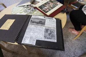 På Hebacka finns tiotals fotoalbum och även urklipp från tidningen. Den första artikeln är från 1968, en månad innan invigningen av äldreboendet.
