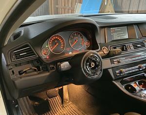 Från sex av de sju BMW-bilar i Ludvika och Borlänge som man bröt sig in i under helgen stals rattarna.