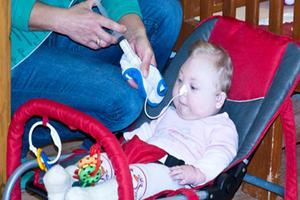 Många barn som lämnas bort har funktionshinder. Här är det en liten flicka som sondmatas. Foto: Privat