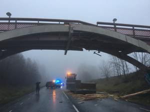 Gångbron knäcktes i samband med olyckan.