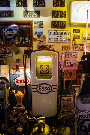 Det finns sex bensinpumpar i garaget. Till vardags arbetar Mikael Svensson med att renovera och sälja antika bensinpumpar.