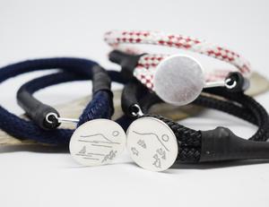 Den första kollektionen kommer i tre olika designer som ska passa ung som gammal. Gemensamt är att alla armband är gjorda av båt-tampar och silver.