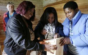 Ornella Mwiluntakurwa, Rose Mapendo och Destin Nyakura provade att tillverka en fågelholk under ledning av Hans-Ola Berglund i bakgrunden.
