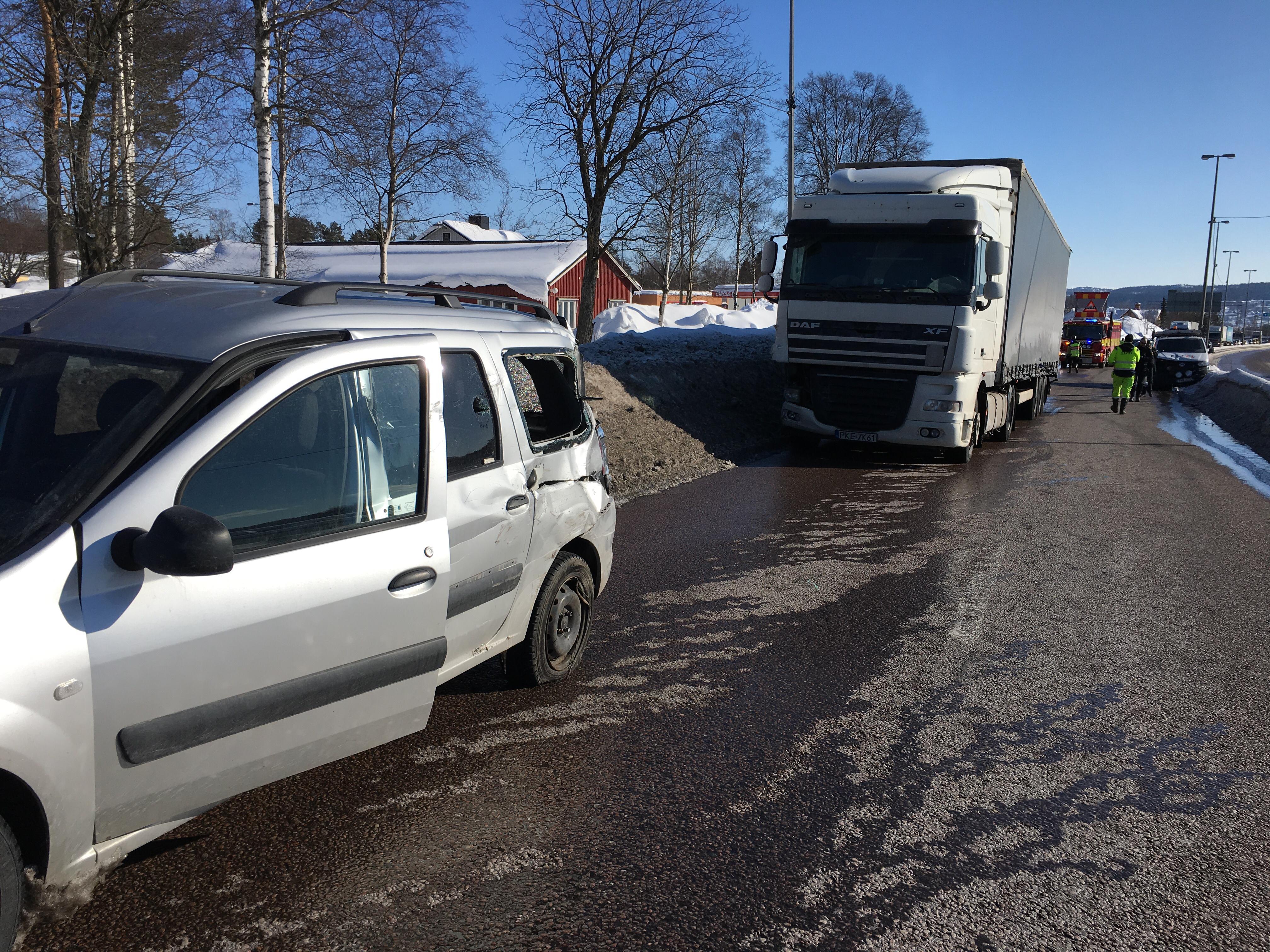 Lastbil krockade med bil hangde over e4