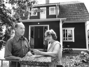 Birger och Birgitta Nilsson framför sin villa på Almviksvägen 4 i Östertälje