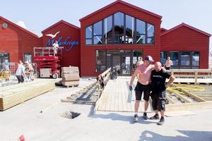 Glada byggarbetare utanför Mälarkrogen.