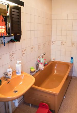 Husets badrum är av klassiskt snitt från tiden runt 1970.