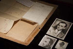 """Bild visar Adolph Eichmann under sitt tagna namn """"Ricardo Klement"""" när han levde i Argentina. I filmen """"Operation Finale"""" griper några israeliska spioner år 1960 den ökände nazisten och tar med honom till Israel. Filmen bygger på en sann historia och Eichmann spelas av Ben Kingsley. Foto: Dan Balilty/TT"""