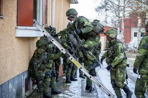 Soldater från Livgardet på väg in i seminariet för att bekämpa den fientliga kommandogruppen.