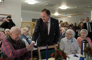 S-ordförande Stefan Löfven lovade högre pensioner vid sitt besök på ett äldreboende på 1 maj.