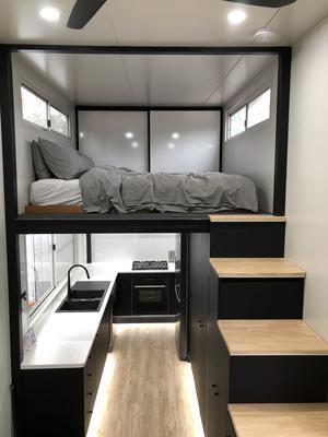 Ovanför köket finns ett sovloft.