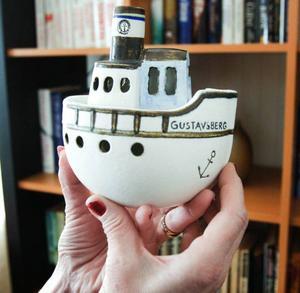 Prydnadsbåten är ett minne efter flera års jobb som fabrikschef och i koncernledningen för Gustavsberg. Marie var med och tyckte lite vid utformningen av båten och fick därmed det allra första exemplaret som keramikern Lisa Larson gjorde.