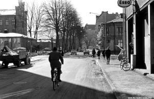 Bild 4: 1960-talet. Ledtråd: Till vänster bortom korsningen låg Örebros fängelse. I fonden anar du Örebro slott. Fotograf: Okänd (Bildkälla: Örebro stadsarkiv)