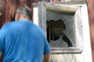 Kjell Persson konstaterar att fönstret i entrédörren krossats. Väl inne har förövarna letat genom hela huset och samlat ihop