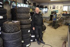 I verkstaden börjar högsäsongen nu när bilarna ska byta till vinterdäck.