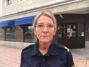 Polisbefälet Terese Heidenborg säger att Salapolisen vill ha kontakt med den kvinna som hjälpte offret och som ringde efter en ambulans.