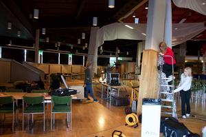 Förberedelserna inför fredagens talangjakt på Estraden är i full gång. Här pyntar eleverna lokalen.Foto: Emilia Hillberg