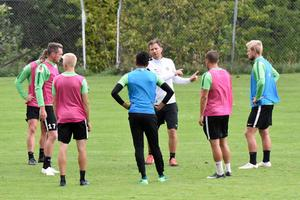 Christer Persson instruerar sina spelare inför m