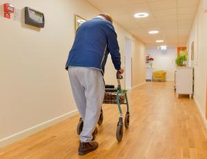 Man promenerar i korridoren på ett vård- och omsorgsboende. Foto: Jonas Ekströmer/TT