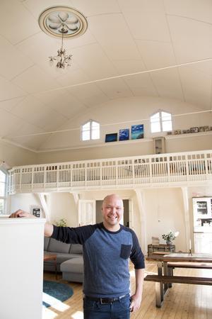 Fredrik Nylén vill inte ha en flådig bokrelease i Stockholm, an väljer i stället att ha den hemma hos sig.