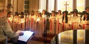 Under ledning av Anna Lena Olerås fyllde Stora Skedvi luciakör både Säters och Skedvi kyrka med sina vackra stämmor.
