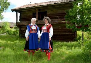 Tia Permats och Karin Zetterqvist är uppväxta i gårdar intill loftboden och tog på sig sockendräkten för att fira när loftboden kunde räddas.