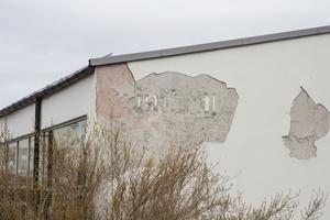 Så här ser fasaden på Ösmo simhall ut i dag, i april 2019. Simhallen var Ösmos stolthet efter att den hade totalrenoverats 2007.