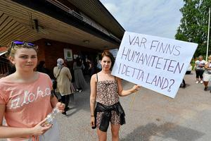 Samma dag som studenten i Mora anordnade man en manifestation där man uppmanade om att familjen skulle få stanna i Sverige. Erica Bength och Matilda Johansson i bild.