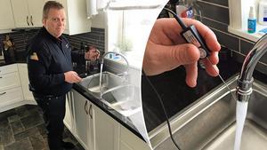På jakt efter energitjuvar. Energiexperten Anders Åström mäter vattentemperaturen i ett hus i Klockestrand. Med en energideklaration får fastighetsägaren status på hur huset mår.