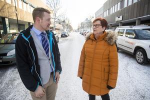 Agnetha Andersson (V) förslagsställare diskuterar Centralgatan med Klas Jakobsson (SD) som hellre ser en annan placering. Han ser Södra Esplanaden som ett bättre alternativ.