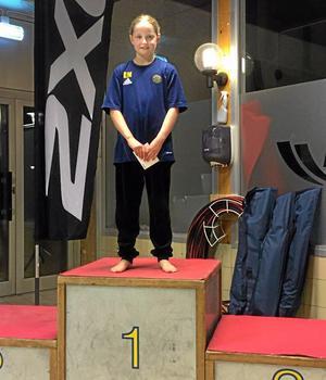 2016. Vid Vårsimiadens kval i Fyrishov, Uppsala, tog Lisa Nystrand, då tio år, hela fem individuella guld. Bilden är från Falun Skins Games samma år, där Lisa blev totalsegrare i sin åldersklass.