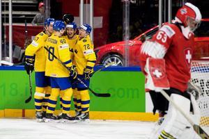 Mikael Backlund och lagkamraterna jublar efter 3–0-målet mot Schweiz. Foto: Petter Arvidson / Bildbyrån